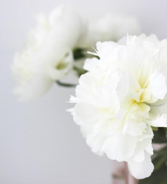 alvar aalto vase and white peonies via  http://www.scandinavianlovesong.com/