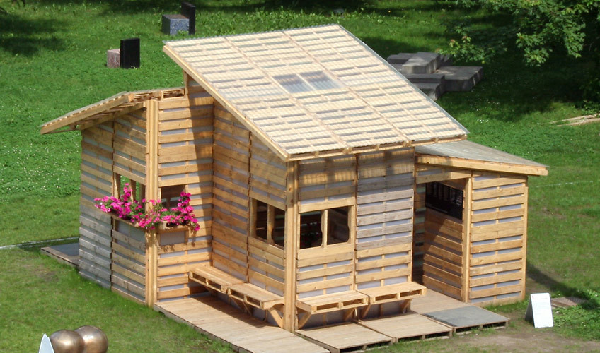 The domestic curator diy ikea style recycled pallet house for Casetas de jardin ikea