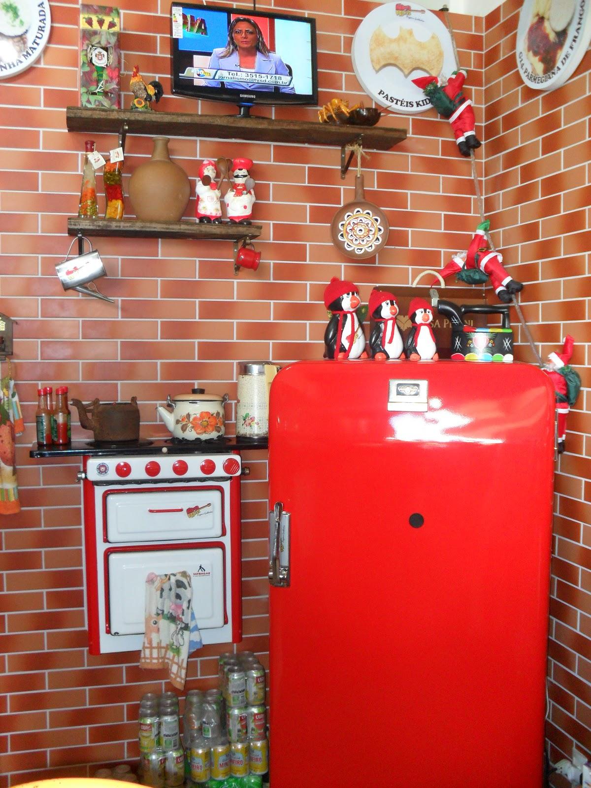 Em cima da geladeira o trio de pinguins cheios de charme e estilo  #B51816 1200 1600