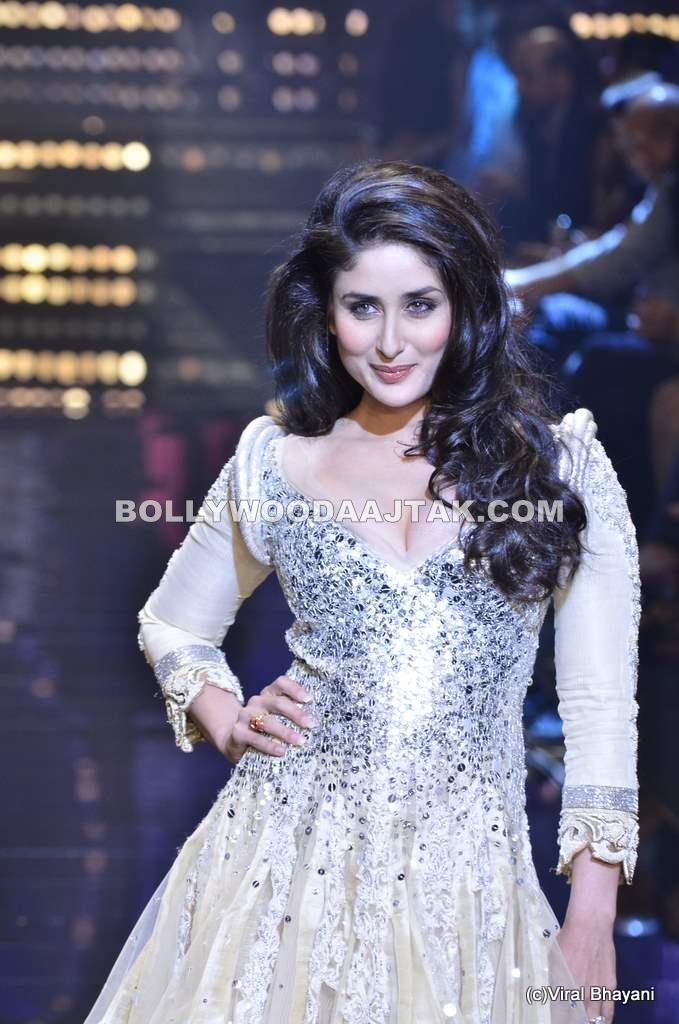 Kareena Kapoor Ramp Walk in White for Manish Malhotra LFW 2011