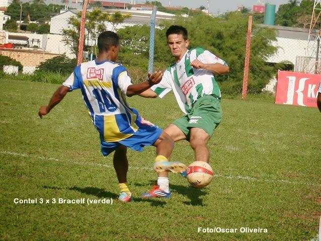 A Copa Kaiser Série B também conheceu o primeiro clube semifinalista e que praticamente garantiu o acesso a elite em 2014. Foi um jogo dramático bastante equilibrado entre Contel e Bracelf , tanto que prevaleceu o empate em 3 a 3 no tempo normal levando a decisão para os pênaltis. O Contel foi mais competente e venceu nas cobranças de penalidade por 3 a 2 com destaque para o goleiro reserva Vanderlei Monteiro que substituiu o goleiro titular Dell para defender o pênalti que mandou sua equipe para a 1ª divisão de 2014. Confira alguns lances desta partida nas fotos de Oscar Oliveira.  Fonte: Amadorzao/Oscar Oliveira