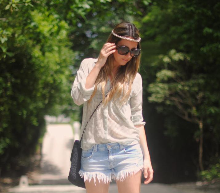 Look para festival en blog de moda (México): shorts, zapatos tachuelas y bandita en la cabeza.