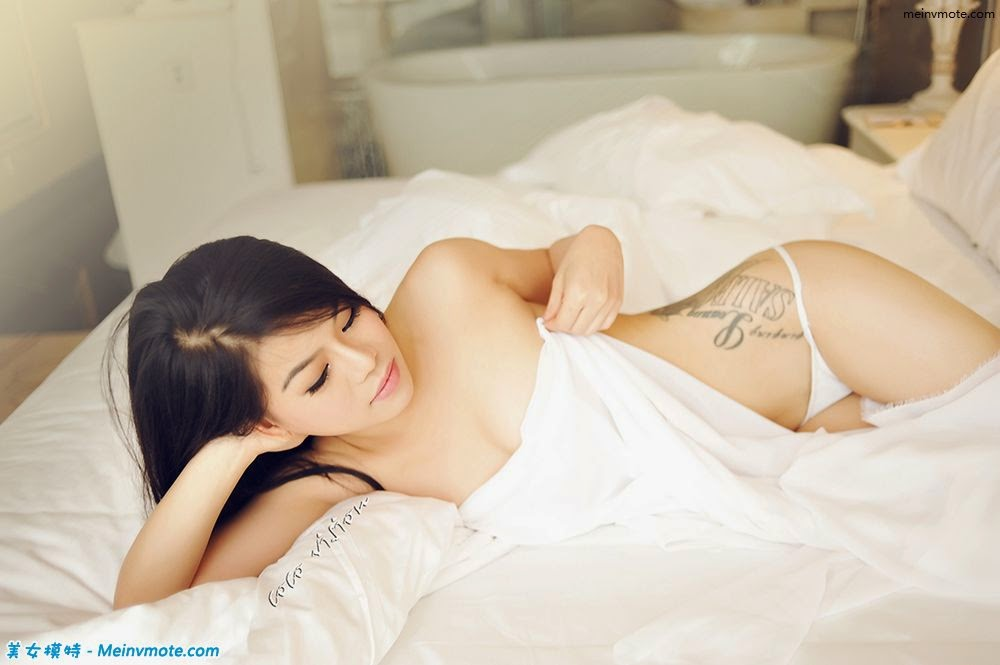 Private photos of half-naked young model burst graceful curve