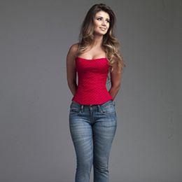 Paula Fernandes exibe cinturinha fina em ensaio para revista