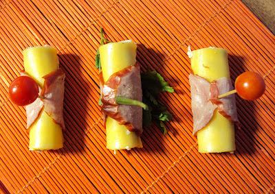 IImprezowe roladki faszerowane pastą jajeczną owinięte serem i kiełbasą