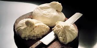 Sumo un producto más en la sección, Pies por Italia. Uno de esos alimentos de los que se pueden encontrar en las despensas italianas (mas o menos). En este caso es el queso burrata.