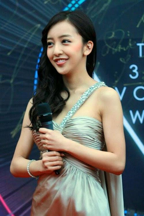 Itano-Tomomi-Dalam-Sebuah-Acara-Award-Chart-V-Ke-3-Yang-Berada-di-Beijing