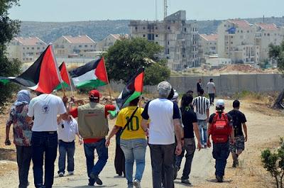 A marcha se aproxima do Muro do Apartheid israelense