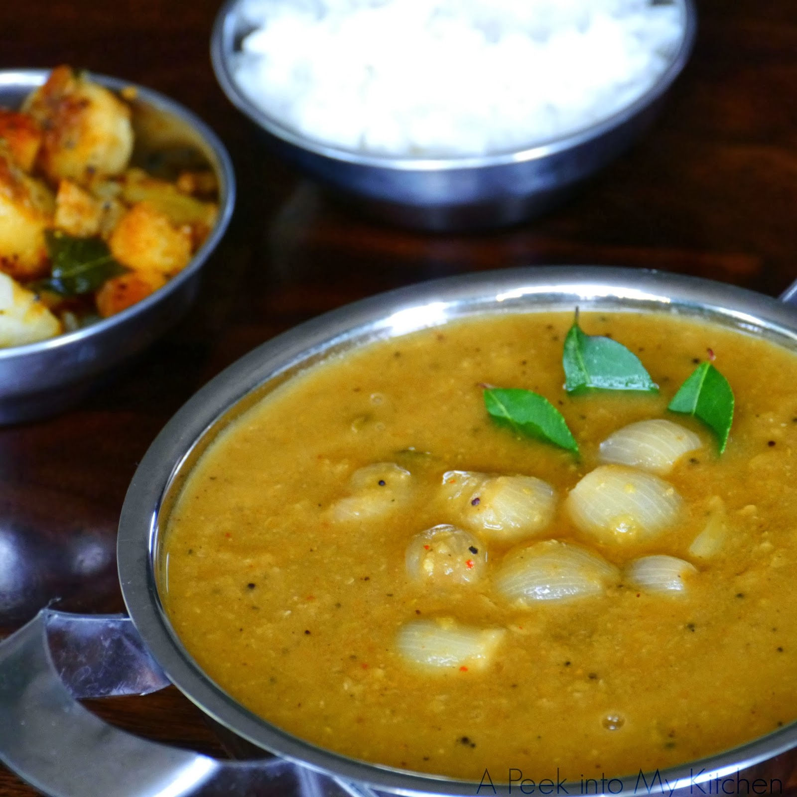 Arachuvitta Vengaya Sambar / Onion Sambar with Ground Spicies