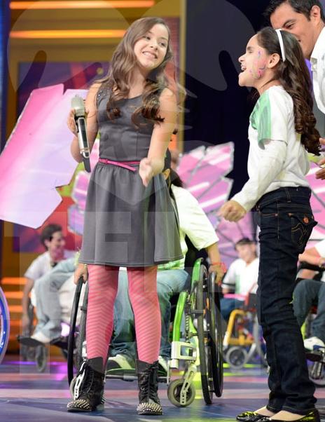 Angie Vazquez cantando en vivo en el fraude anual del Teleton de Televisa | Ximinia