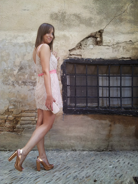 vestido lencero y zapatos de U de Adolfo Dominguez y bolso de Parfois