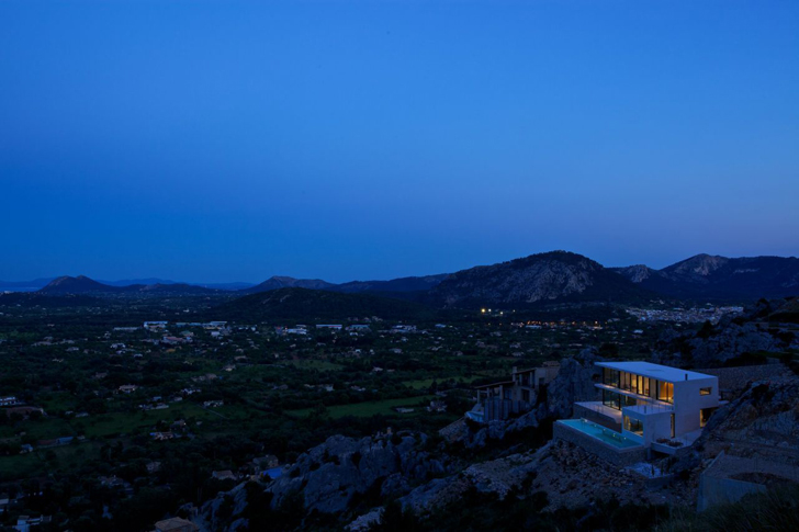 Casa 115 by Miquel Àngel Lacomba at night