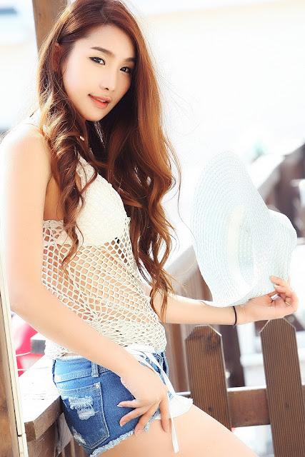 Jeon Da Huin Sexy in Short Jeans