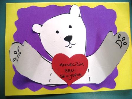 Anneler günü için sevimli bir ayıcık kartı hazırlayabilirsiniz