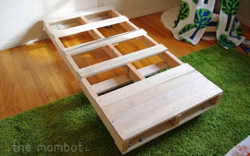 Construye una cama para tus hijos con - Hacer cama con palets ...