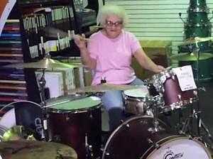 Vovó é flagrada tocando bateria em loja de instrumentos musicais