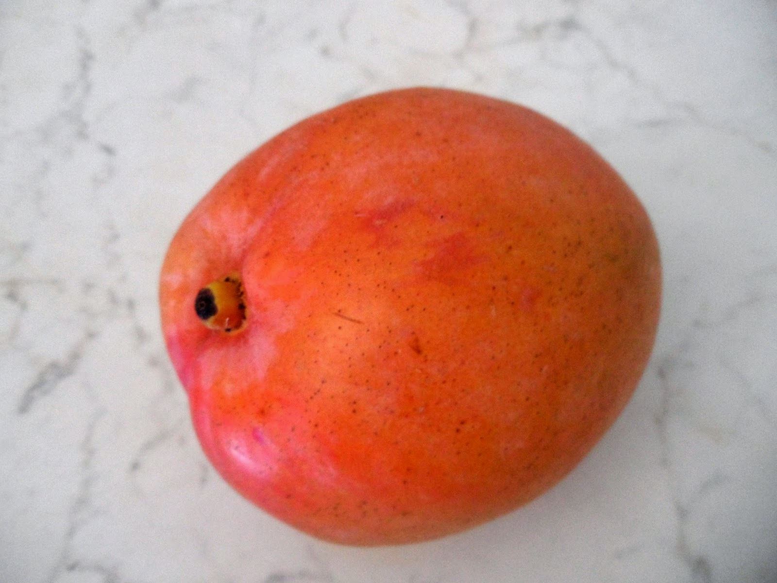 Antipasto estivo con frutta tropicale: mango e prosciutto crudo