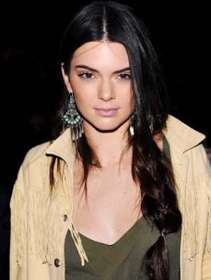 gaya rambut loose side braid artis kendall jenner_6329870021