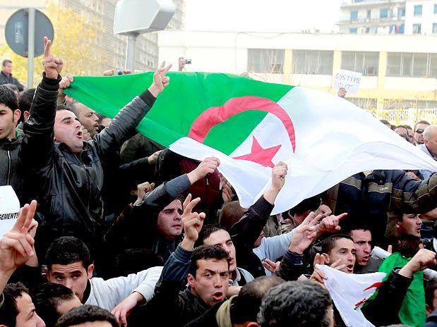 Polícia prende dezenas de manifestantes na Argélia