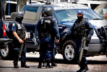 Agentes con armas y camioneta
