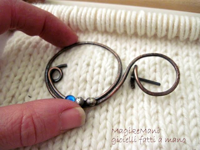 spilla in rame fatta a mano con filo e pepite argento