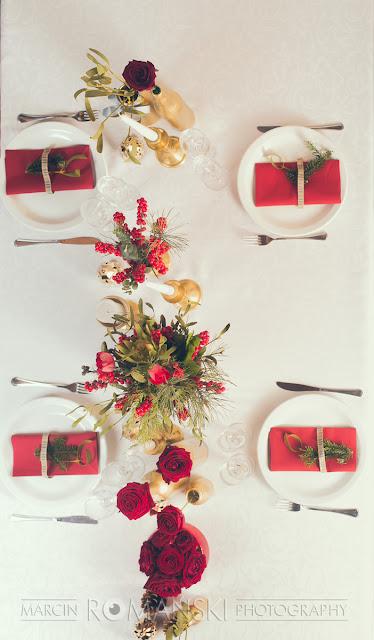 Czerwień i złoto na weselnych stołach.