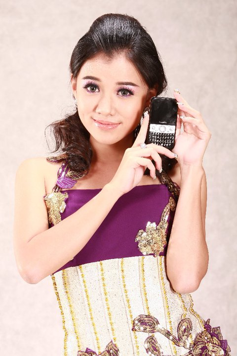Model Ei Phyo Cherry in Beautiful Strapless Black Mini Dress
