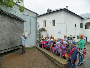 Lezione all'aperto a Pskov in Russia (foto ap)