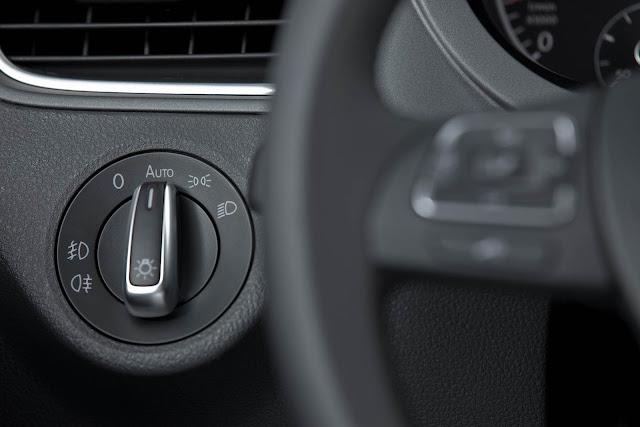 carro CrossFox 2014 Volkswagen - interior - por dentro - acionamento do farol