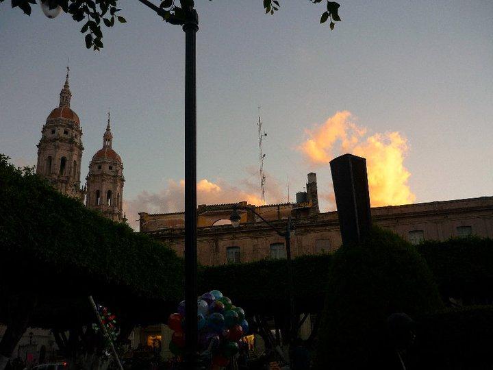 Jaime Ramos M  ndez  Cielo sobre la plaza de Sahuayo  Michoac  n