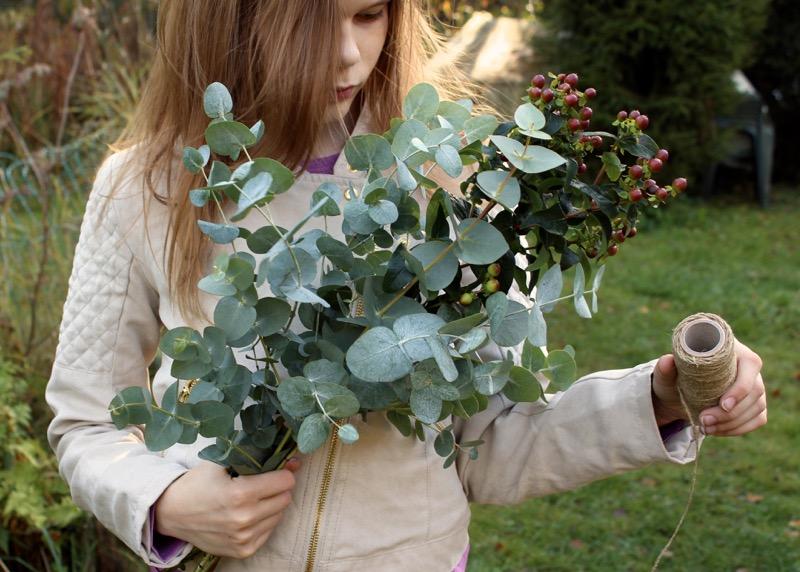 tyttö ja eukalyptyksen oksat