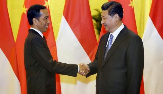 Presiden Jokowi berjabat tangan dengan Presiden China Xi Jinping