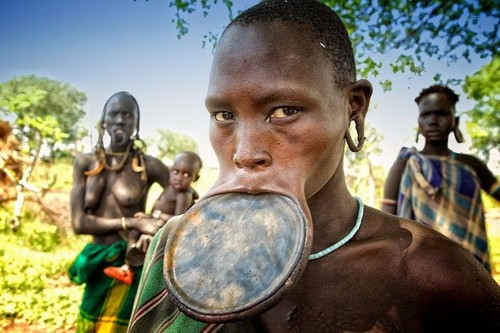 Tribu en Etiopía - mujer con un plato insertado en su labio