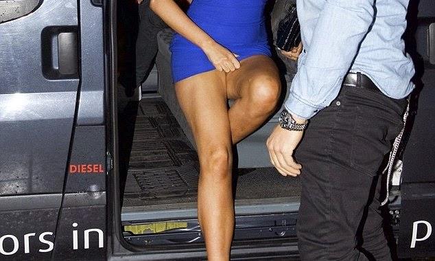 كلوي نوفمبر في ثوب سبب لها الحرج أثناء النزول من السيارة