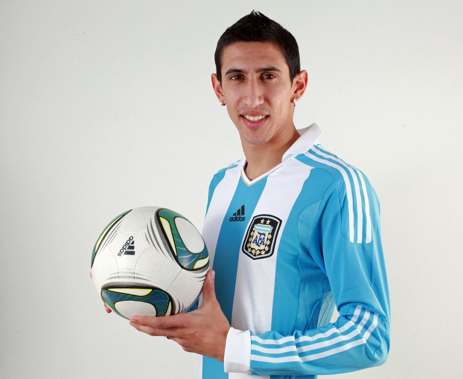 The 29-year old son of father Miguel Hernandez and mother(?), 180 cm tall Ángel Di María in 2017 photo