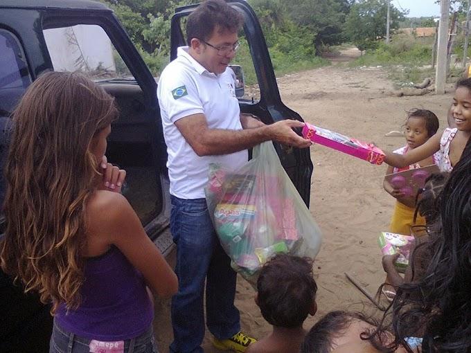 """Empresário """"Torneirinho"""" com ajuda de colaboradores distribui cestas básicas e brinquedos para as famílias carentes"""