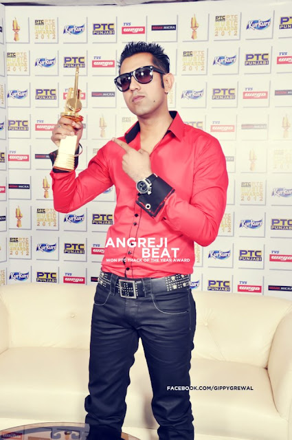 Gippy Grewal With His Award - Angreji Beat Te