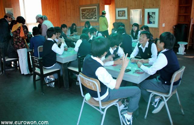 Niños coreanos haciendo manualidades