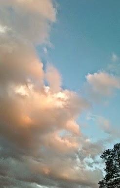 Under lys himmel frister trampolinen!