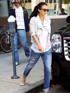 http://3.bp.blogspot.com/-Fbxw5e1v6DA/TyGOSsXdm-I/AAAAAAAABWk/GQkIPoc5CH8/s1600/jessica_alba_jacket_ripped_jeans-+white+jacket-+cool+casual+simple+outfit.jpg