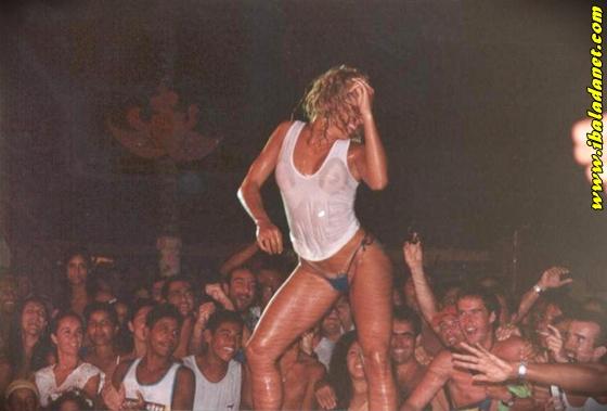 008 Flagras, Gostosas e safadas sem roupa no baile funk (fotos e vídeo)