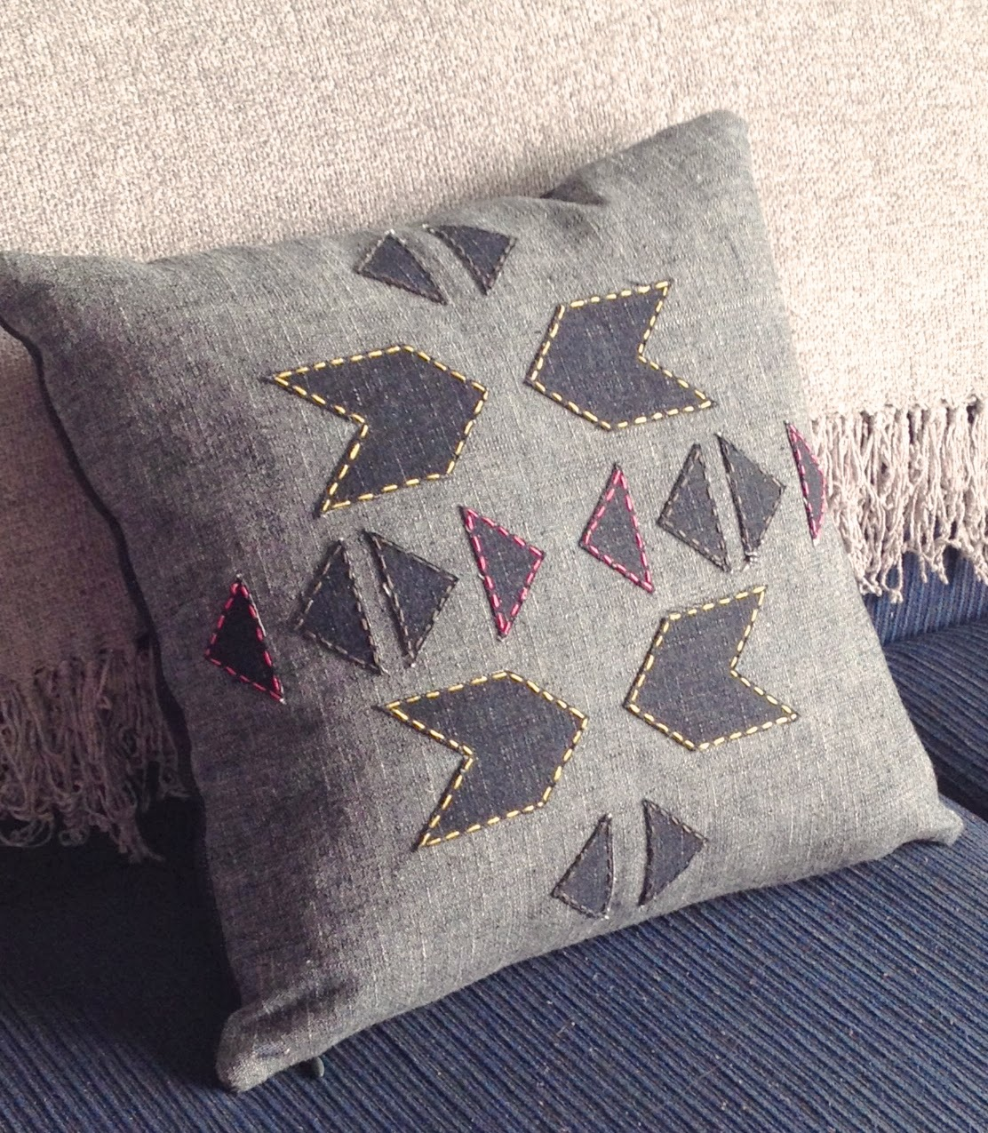 A FREE tutorial for an easy but modern geometric (Aztec inspired) cushion, designed by Sarita Creative