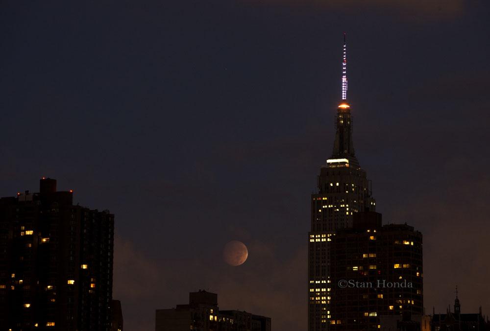 Лунное затмение над Манхэттеном в Нью-Йорке