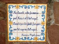 Plafó ceràmic a la dreta de la Font de Les Malaltes, amb un fragment d'un poema de Francesc Pujols que l'hi dedicar el 1904