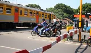 kereta api di perlintasan