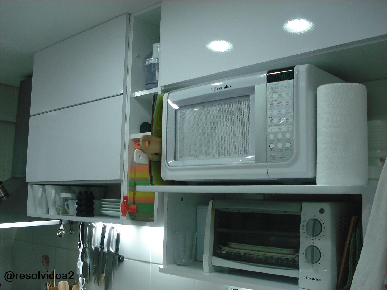 com pistão uma ficou sobre o refrigerador outra sobre o microondas #6F432C 1408x1056