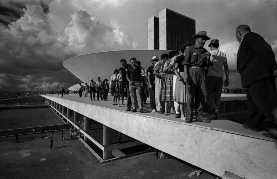 Luciana Brito Galeria. Thomaz Farkas. Populares sobre a cobertura do Palacio do Congresso Nacional. 1960.