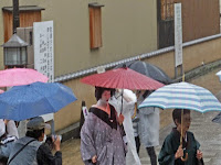 傘を手にシャッターを押す、25人程の方たち・・・。