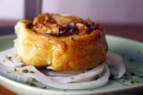 Girella di pasta sfoglia con guanciale, mela, taleggio e olive taggiasche su carpaccio di finocchio