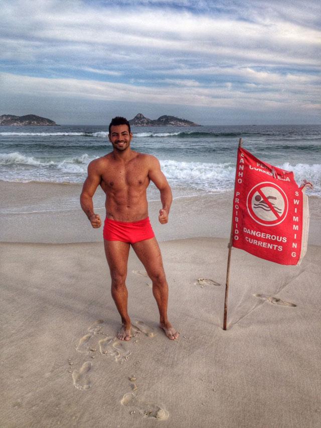Breno Neves mostra o shape mais seco na praia do Pepê, na Barra da Tijuca, no Rio. Foto: Arquivo pessoal